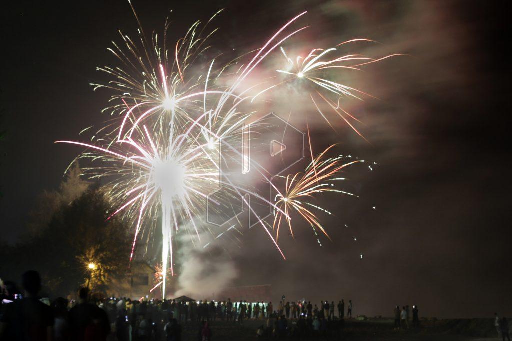 SELAMAT DATANG 2017 : Warga menyaksikan aneka warga kembang api di pinggiran pantai kawasan Pantai Bali Lestari, Pantai Cermin, Perbaungan, Serdang Bedagai, Minggu (1/1/2017). Memasuki tahun 2017 para warga menyaksikan sejumlah hiburan sebagai menyambut kedatangan tahun baru dengan harapan yang baru juga.