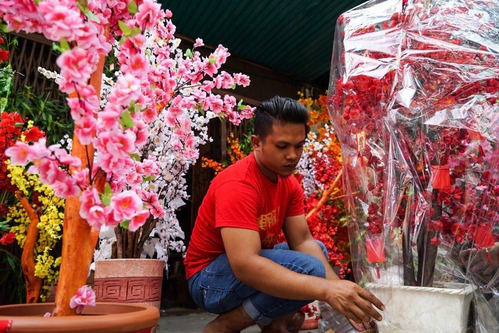 Pekerja menyiapkan kembang yang siap untuk dijual (30/01) kembang ini sendiri merupakan salah satu ornamen menjelang Tahun Baru Imlek (Imaji Pertiwi/ Ahmad Ridwan Nasution)