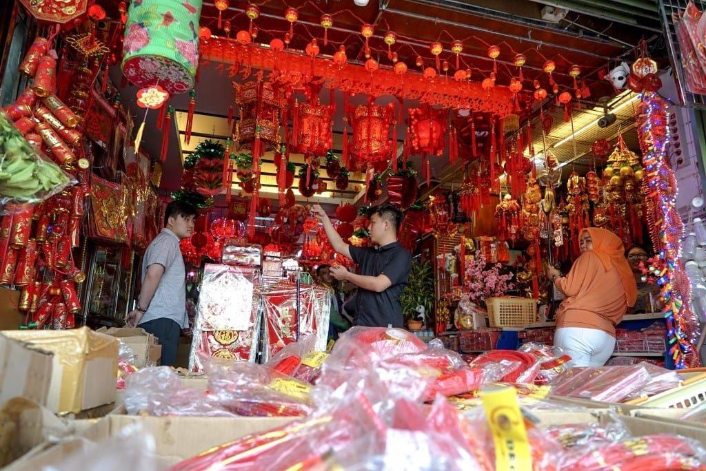 Warga melihat pernak pernik yang ada di Toko Acai Jaya di Medan, Sumut (30/01). Jelang Imlek Pernak Pernik merupakan salah satu barang yang dicari sejumlah etnis Tionghoa. (Imaji Pertiwi / Ahmad Ridwan Nasution)