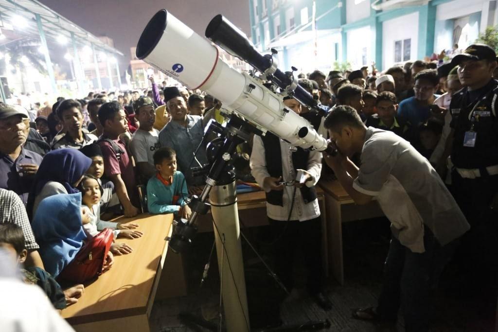 Warga antusias menggunakan teleskop untuk melihat gerhana bulan di Medan, Sumatera Utara (31/01) (Imaji Pertiwi/Kumbara)