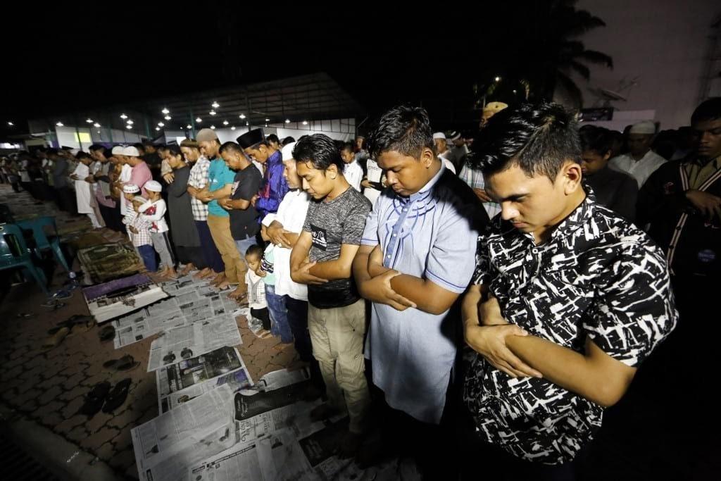 Warga melaksanakan sholat sunnah gerhana di Medan, Sumatera Utara (31/01) (Imaji Pertiwi/Kumbara)