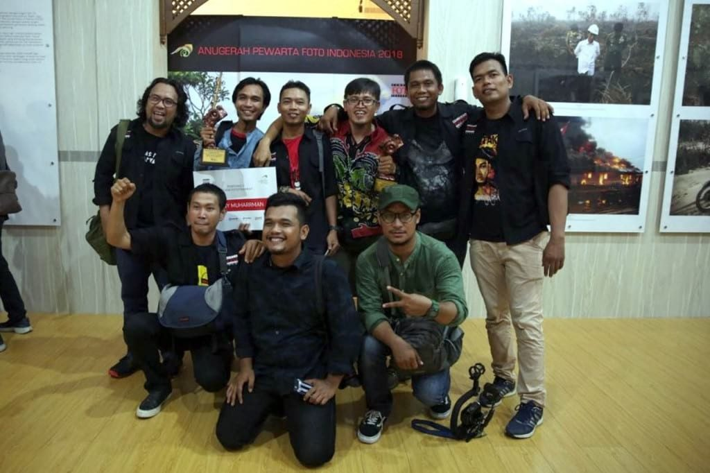Anggota PFI Medan berfoto bersama dengan para penerima penghargaan APFI 2018 di Batam (29/4). APFI Merupakan Ajang Penghargan Tahunan Bagi Para Pewarta Foto di Indonesia.