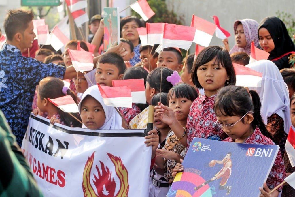 Sejumlah anak sekolah dasar turut memeriahkan kirab obor Asian Games 2018 di Yogyakarta (19/7/18) (Imaji Pertiwi / Indra Desanri)