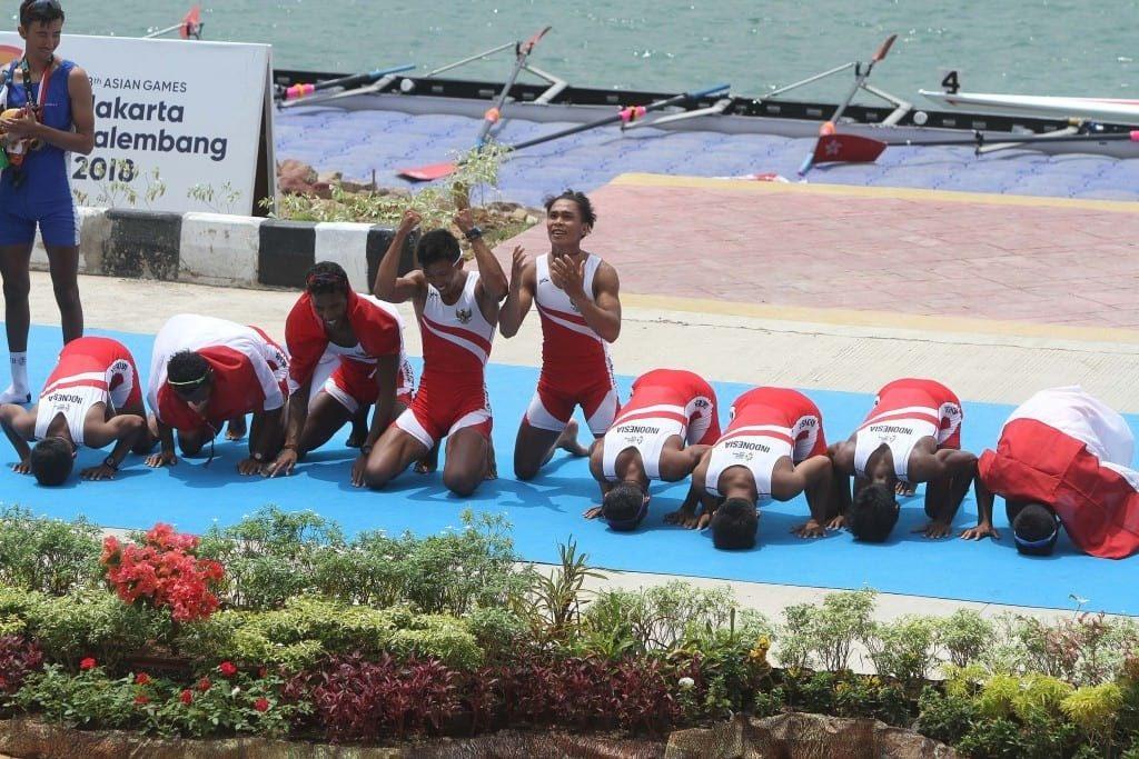 Regu dayung Indonesia merayakan keberhasilan meraih medali emas seusai pertandingan dayung kelas ringan delapan putra Asian Games 2018 di JSC Lake Jakabaring, Palembang, Sumatera Selatan, Jumat (24/8). ANTARA FOTO/INASGOC/Rahmad Suryadi/nym/18