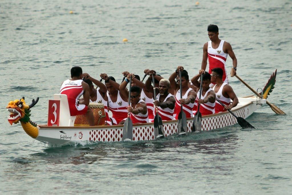Tim perahu tradisional putra Indonesia bersiap mengikuti semifinal Kompetisi Perahu Tradisional (TBR) 1000 meter putra Asian Games di danau Jakabaring, Palembang, Sumatera Selatan, Senin (27/8). ANTARA FOTO/INASGOC/Hendra Syamhari/NZ/18