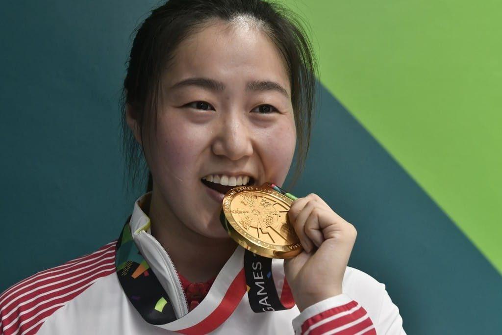 Penembak China Wang Qian menggigit medali emas yang diraihnya di nomor 10 meter air pistol putri Asian Games 2018 di arena menembak Jakabaring Sport City (JSC) Palembang, Sumatera Selatan, Jumat (24/8). Wang Qian memperoleh total skor 240,3, penembak Korea Selatan Kim Minjung meraih perak dengan skor 237,6 dan penembak India Sidhu Heena meraih perunggu dengan skor 219,2. ANTARA FOTO/INASGOC/Sutanta Aditya/thv/18