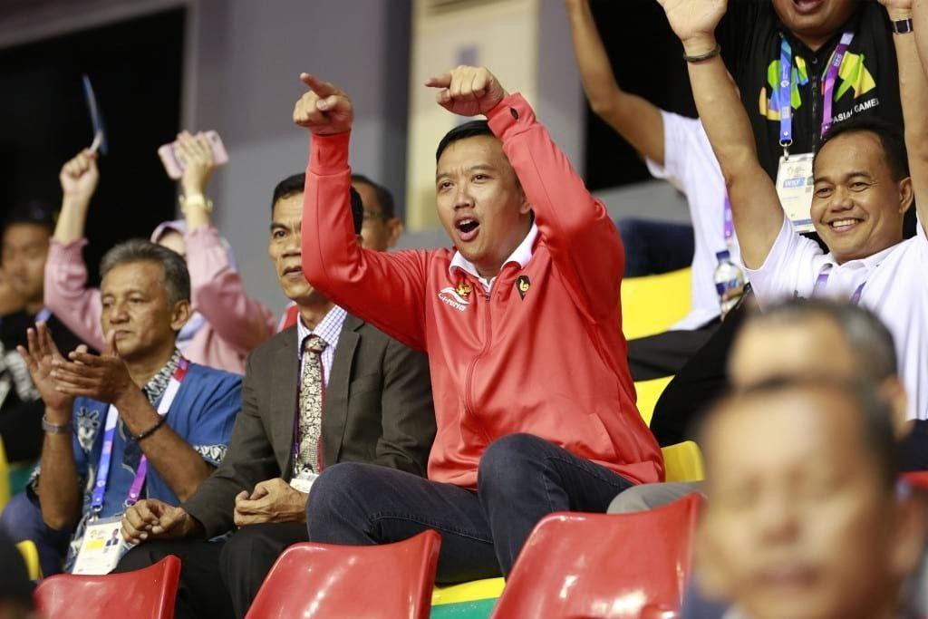 Menpora Imam Nahrawi memberikan semangat saat tim sepak takraw Indonesia bertanding melawan Laos pada pertandingan semifinal ganda putra sepak takraw Asian Games 2018 di GOR Ranau, Jakabaring Sport City (JSC), Palembang, Sumatera Selatan, Jumat (24/8).  ANTARA FOTO/INASGOC/Ferdy Siregar/nz/18.