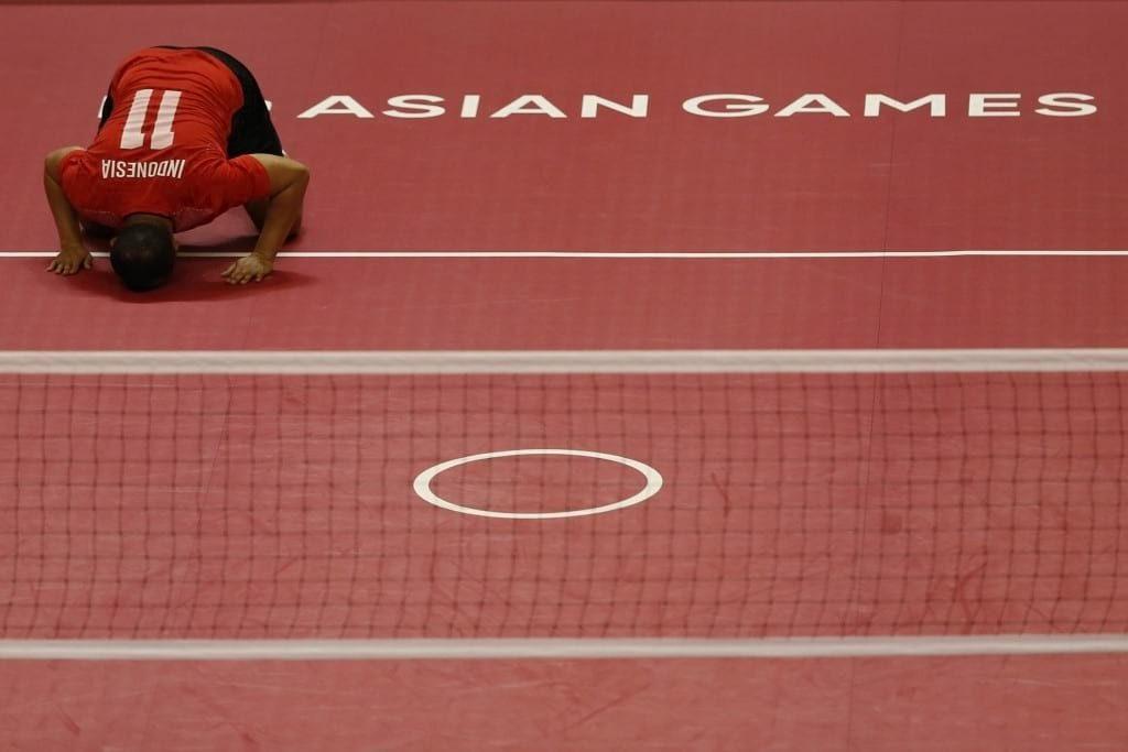Pemain sepak takraw putra Indonesia Abdul Halim Radju melakukan sujud syukur pertandingan final regu putra sepak takraw Asian Games 2018 di GOR Ranau, Jakabaring Sport City (JSC), Palembang, Sumatera Selatan, Selasa (28/8). ANTARA FOTO/INASGOC/Ferdy Siregar/nz/18