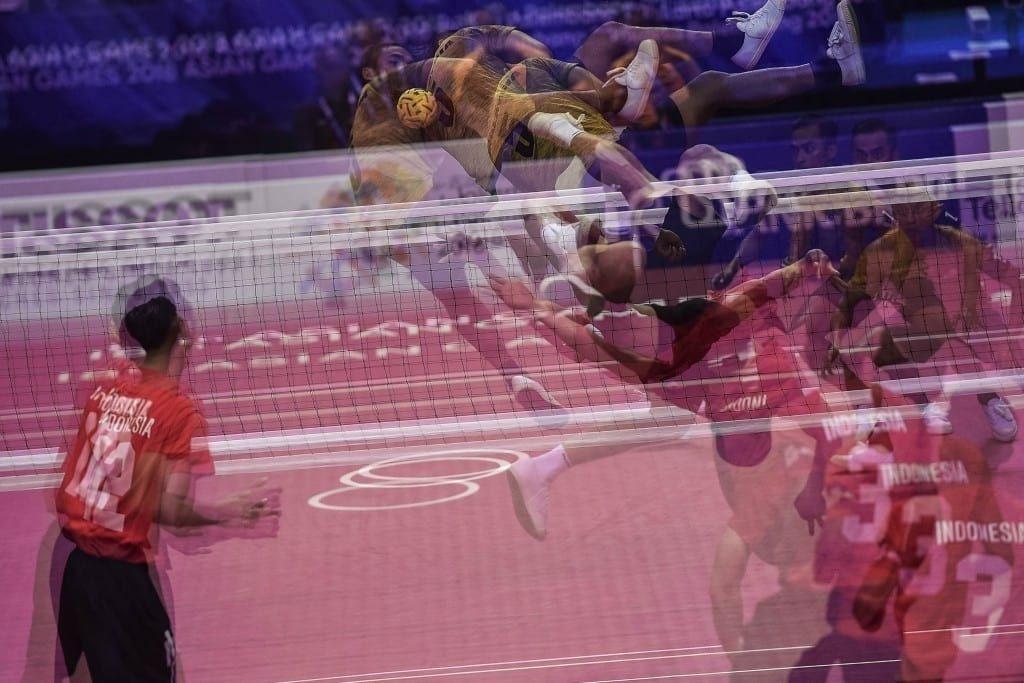 Pemain sepak takraw Indonesia Nofrizal menyepak tajam bola ke arah pemain Malaysia dalam pertandingan babak final regu putra Asian Games 2018 di Ranau Hall, Jakabaring Sport City Centre, Palembang, Sumatera Selatan, Indonesia, Selasa (28/8). ANTARA FOTO/INASGOC/Sutanta Aditya/nz/18