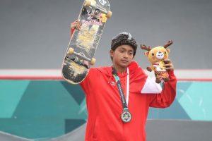Skateboarder Indonesia Sanggoe Darma Tanjung berpose usai menerima medali perak pada kelas jalanan putra Asian Games 2018 di arena roller sport Jakabaring, Palembang, Sumatera Selatan, Rabu (29/8). ANTARA FOTO/INASGOC/Rahmad Suryadi/thv/18