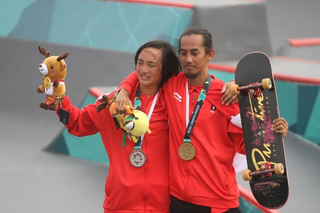 Skateboarder Indonesia peraih medali perak Jason Dennis Lijnzaat (kiri) dan peraih perunggu Pevi Permana Putra (kanan) berpose usai menerima medali pada kelas taman putra Asian Games 2018 di arena roller sport Jakabaring, Palembang, Sumatera Selatan, Rabu (29/8). ANTARA FOTO/INASGOC/Rahmad Suryadi/thv/18