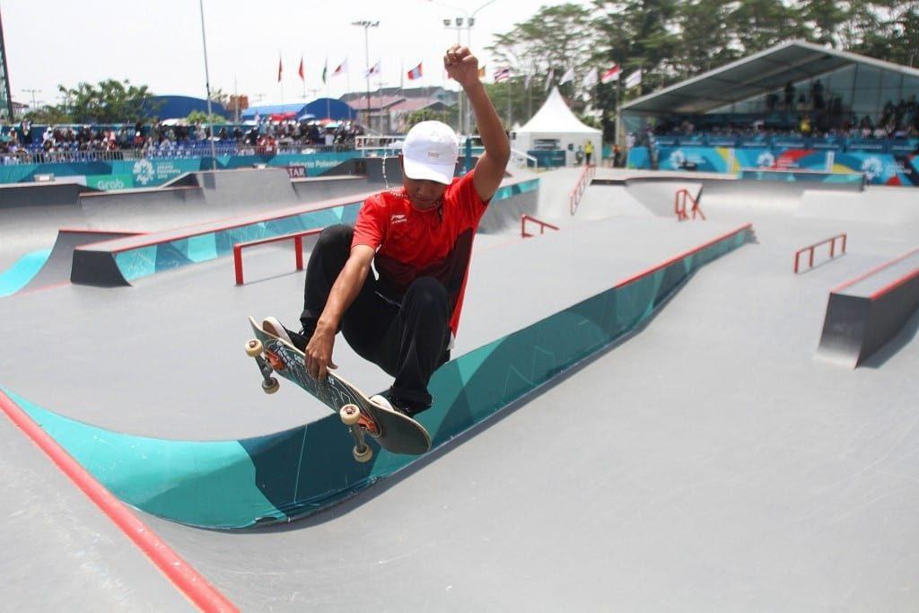 Skateboarder Indonesia Aldwien Angkawidjaya melakukan gerakan trik pada final jalanan putra Asian Games 2018 di arena roller sport Jakabaring, Palembang, Sumatera Selatan, Rabu (29/8). ANTARA FOTO/INASGOC/Rahmad Suryadi/THV/18