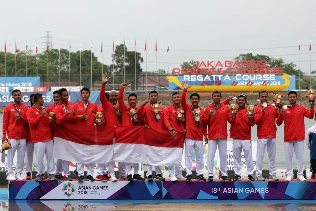 Tim perahu tradisional Indonesia menunjukkan medali perak di kompetisi perahu tradisional 1000 meter putra Asian Games 2018 di danau Jakabaring, Palembang, Sumatera Selatan, Senin(27/8). ANTARA FOTO/INASGOC/Hendra Syamhari/18