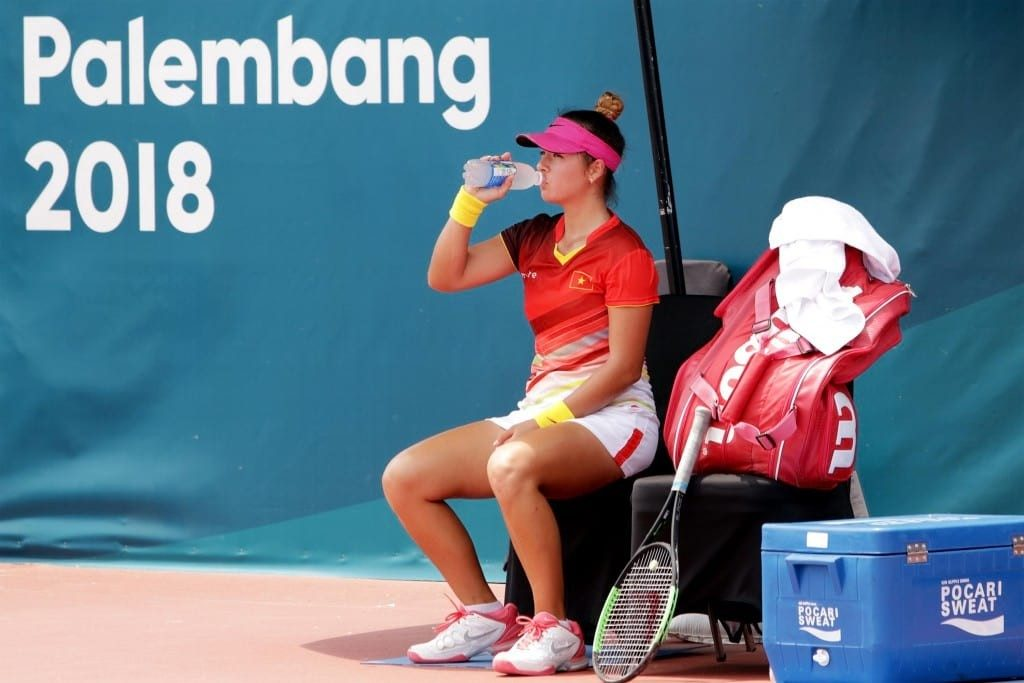 Atlit Tenis Putri Vietnam Csilla Fodor meneguk minuman pocari sweat saat break time (Imaji Pertiwi / Hendra Syamhari)