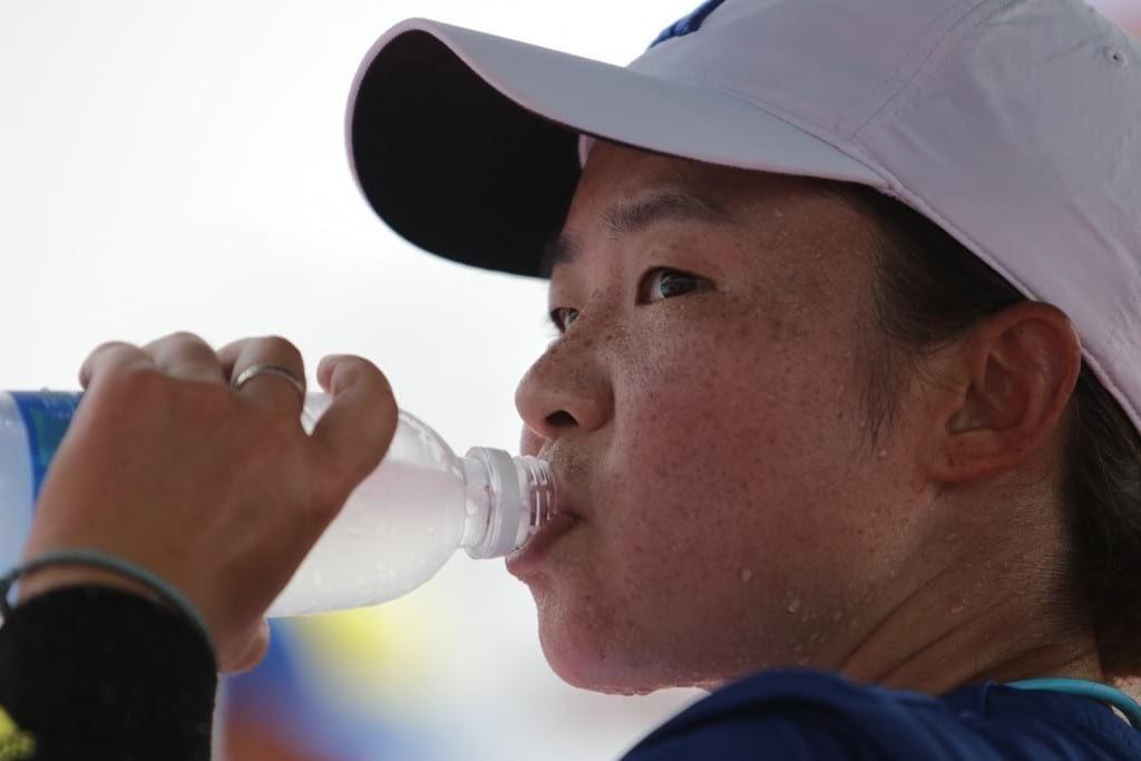 Nari Kim Atlit Tenis asal Korea Selatan meminum Pocari Sweat pada saat break time (Imaji Pertiwi / Hendra Syamhari)