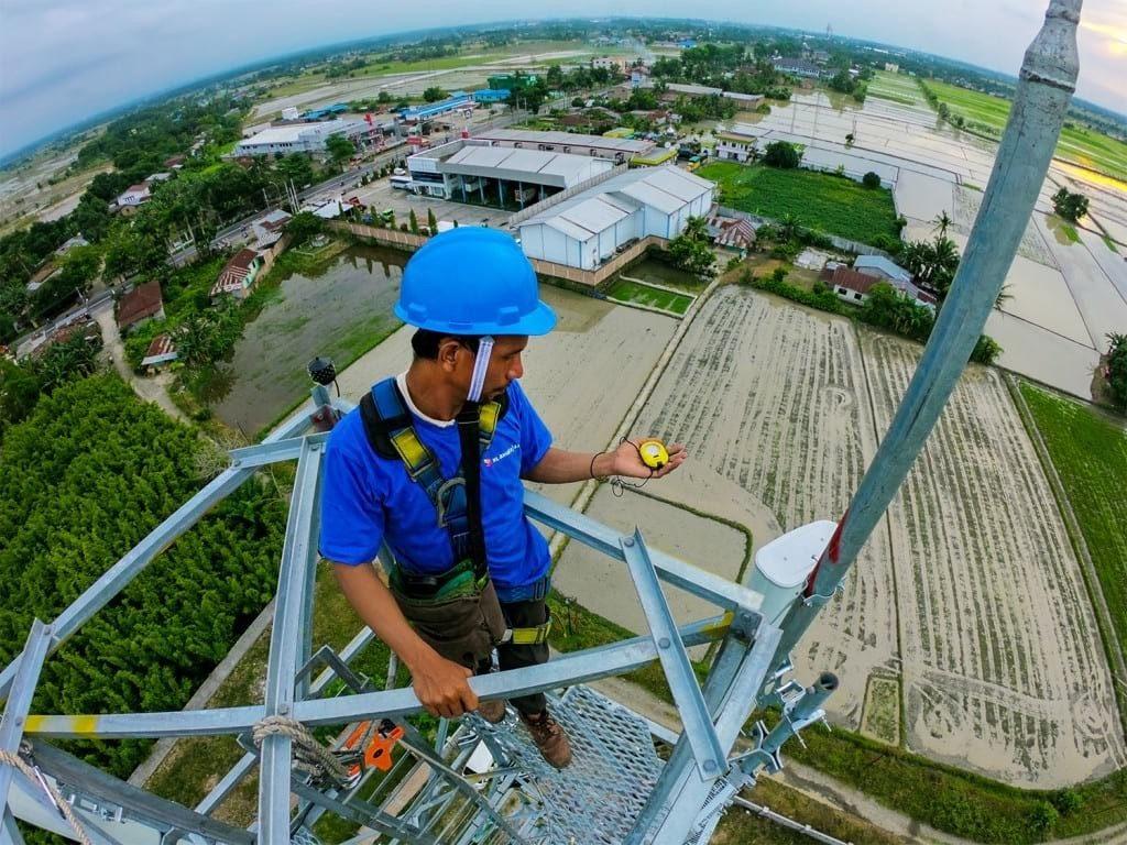 Teknisi XL Axiata melakukan pemeliharaan perangkat BTS di sekitar Gerbang Tol Kemiri di ruas Tol Medan - Lubuk Pakam, Deli Serdang, Senin (20/5). Guna mengantisipasi kemungkinan lonjakan trafik saat masa mudik dan libur panjang Hari Raya Idul Fitri tahun ini, XL Axiata telah meningkatkan kapasitas jaringan hingga 2x di Sumatera. Foto: Hendra Syamhari